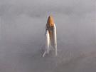 Raketoplán Challenger se mlhou blíží k odpalovací rampě 39-B během příprav k letu STS-51-L. Ten 26. ledna 1986 skončil po pouhých 73 sekundách výbuchem a smrtí posádky.