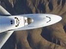 Endeavour se nese na zádech upraveného Boeingu 747 nad Mohavskou pouští po