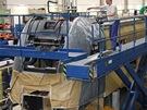 Nový pantograf - práce na montáži střešní výzbroje probíhají na pracovišti