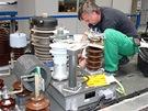 Nový pantograf - práce na střeše čelního vozu HV1, instalace hlavního vypínače