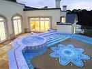 Palác má několik luxusních teras s bazénem.