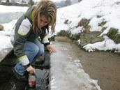Lidé nabírají běloveskou kyselku u řeky Metuje
