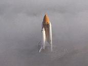 Raketoplán Challenger se mlhou blíží k odpalovací rampě 39-B během příprav k letu STS-51-L. Ten 28. ledna 1986 skončil po pouhých 73 sekundách výbuchem a smrtí posádky.