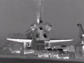 Kolona vozidel přijíždí k raketoplánu zhruba 25 minut po přistání.