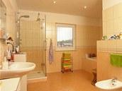 Velkoryse �e�en� koupelna v jarn�ch barv�ch je ide�ln�m m�stem pro start do