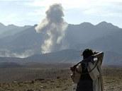 Afghánský bojovník sleduje ostřelování skalního komplexu Tora Bora na hranicích