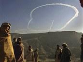 Bombardér B-52 se otáčí nad hlavami Afghánců a znovu letí k Tora Bora