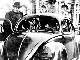 Ferdinand Porsche se svým zkušebním, nejúspěšnějším vozem Volkswagen Brouk