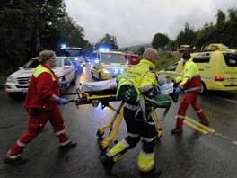 Záchranáři pomáhají lidem poraněným při střelbě na norském ostrově Utoya (22.