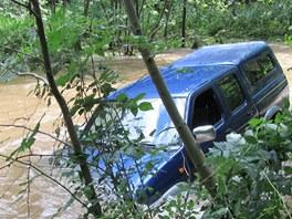 Hasiči vyprošťují auto, které smetla Dědina u Dobrého.