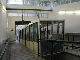 Opuštěná horní zastávka lanovky. Cestující jsou na nástupiště vpuštěni až ve