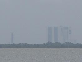 Pohled na Kennedy Space Center z Cocoa Beach. 8.7.2011 před posledním startem