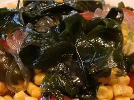 Japonský salát se skleněnými rýžovými nudlemi a mořskými řasami wakame