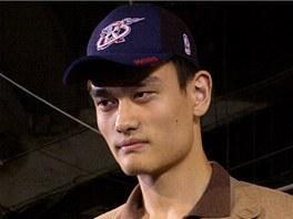 Jao Ming poprvé s dresem Houstonu Rockets. Čínský gigant se právě stal jedničkou draftu.