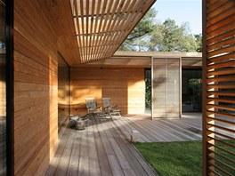 Na obložení domu bylo použité dřevo ze sibiřského modřínu, který je ve Švédsku