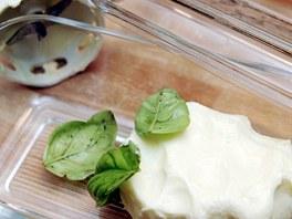 Máslo můžete ochutit a vyrobit z něj i bylinkové máslo..