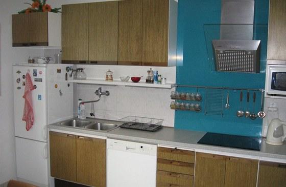 Původní chladničku nahradila nová a větší, původní skříňku proto nešlo použít.