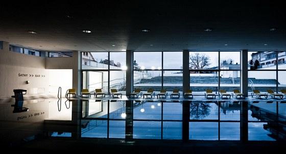 Bazénová hala s otvíravou čelní stěnou a  terasy