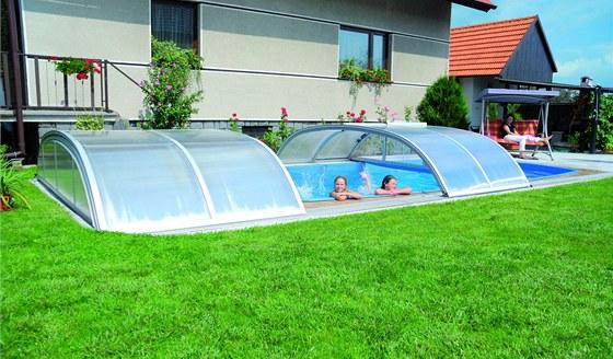 U bazénu v blízkosti domu je vhodnější nízké posuvné zastřešení.