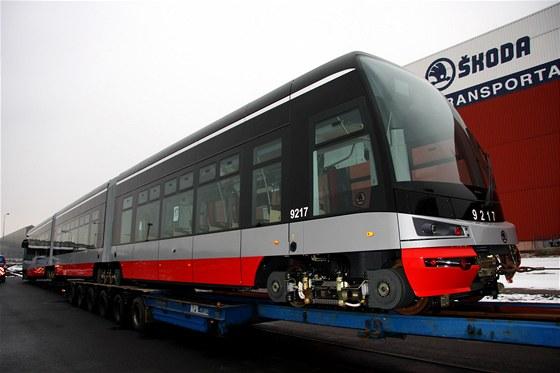 Nakládání tramvaje For City na speciální návěs - transport do Prahy