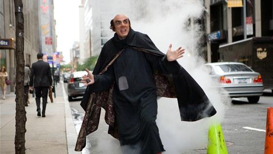 """Z filmu Šmoulové 3D: Hank Azaria neboli Gargamel názorně ukazuje, jak """"miluje,"""