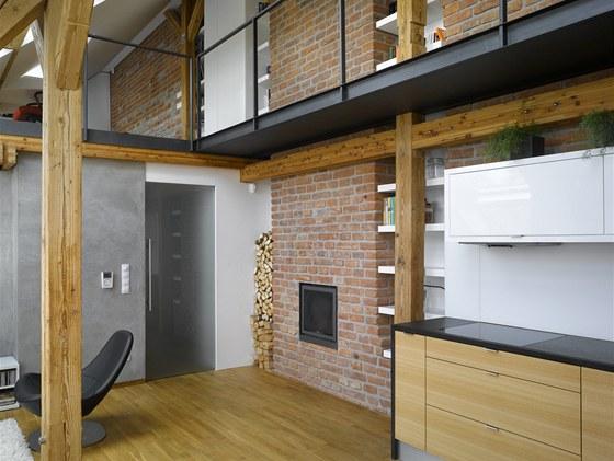 Obytný prostor s pohledem do střešní konstrukce. Niky mezi komínovými tělesy