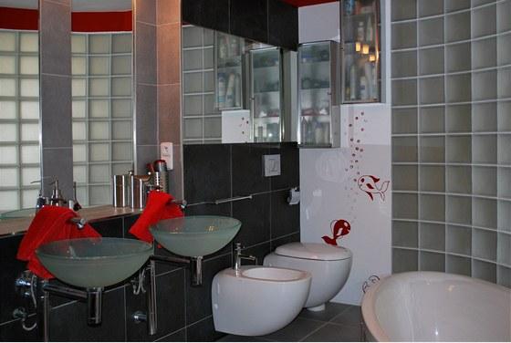 Dominantou p��zem� je atypick� koupelna, kter� je od kuchyn� a j�delny odd�len�