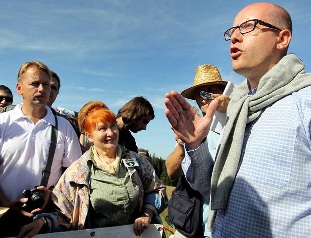 P�edseda �SSD Bohuslav Sobotka debatuje s místními lidmi na �umav�, kam se