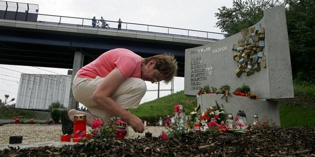 Odhalení pomníku na památku zem�elých p�i vlakovém ne�t�stí z roku 2008 ve