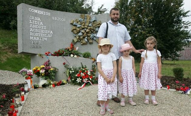 Ji�í �imsa z Haví�ova a jeho t�i dcerky u pomníku, který je v�nován ob�tem