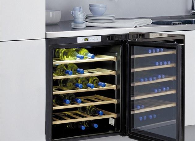 Vestavná vinotéka Whirlpool ARC 227 slou�í k dlouhodobému uskladn�ní vína, její