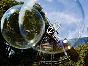 Bubble stroj v pravideln�ch intervalech vypou�t� do okol� m�dlov� bubliny.