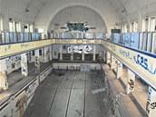 Zchátralá hlavní budova lázní s bazénem, na jehož stěnách se vyřádili sprejeři