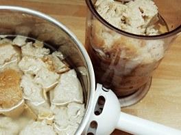 Chleba nechejte rozmočit a důkladně ho pak rozmixujte ponorným mixérem.