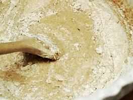 Kvásek vlijte do chleba a přidávejte mouku, dokud nevznikne těsto.