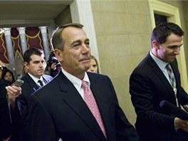 John Boehner se vrací do své kanceláře po hlasování Sněmovny reprezentantů o