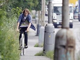 Jan Jirásek z občanského sdružení Město na kole jede po zarostlé a úzké