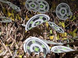 BOU�LIV� PROST�ED�. Fanou�ci Borussie Dortmund hnali sv� mil��ky dop�edu.
