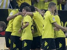 RADOST. Hr��i Borussie Dortmund se raduj� ze vst�elen�ho g�lu.