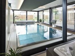 Bazén se díky prosklené fasádě propojuje s ostatními částmi domu i se zahradou.