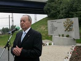 Akademick� socha� Miroslav Rybi�ka p�i odhalen� pomn�ku na pam�tku zem�el�ch