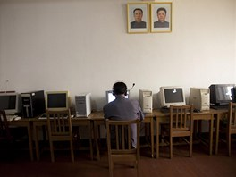 Muž pracuje na počítači v pchjongjangském muzeu. Na pomalou kyberrevoluci v