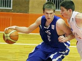 Český basketbalista Martin Peterka (vlevo) se tlačí na  srbského soupeře v
