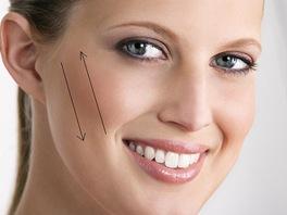 Jak nanášet tvářenku. Čím je tvář širší, tím svisleji tvářenku nanášejte.