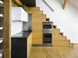 Kuchyňská linka dle vlastního návrhu. Obsahuje kompaktní troubu s integrovanou