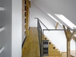 Z pracovny je umožněn průhled do obytného prostoru s kuchyní.