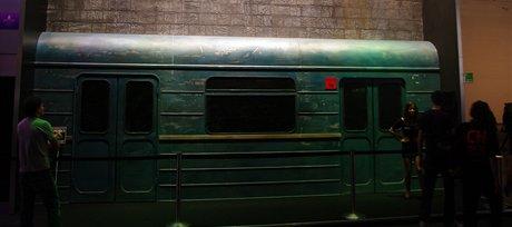 Stylov� vstup do st�nku, na n�m� p�edv�d� ak�n� hru Metro: Last Light. Hra
