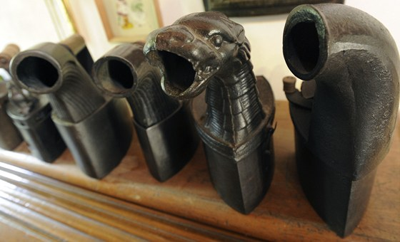 Takzvané komínové žehličky, do kterých se sypalo dřevěné uhlí.