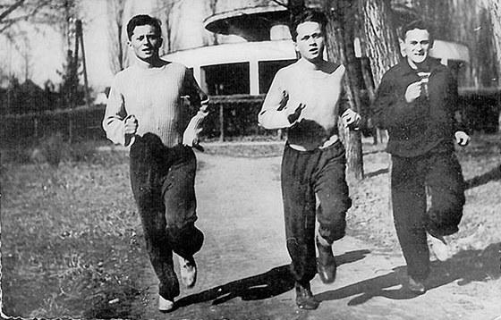 Bratři (zleva) Ctirad a Josef Mašínovi a Milan Paumer si před útěkem z