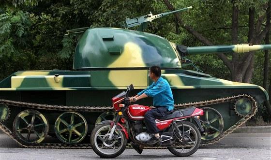 Repliku ruského tanku T60 si doma vyrobil čínský kutil.